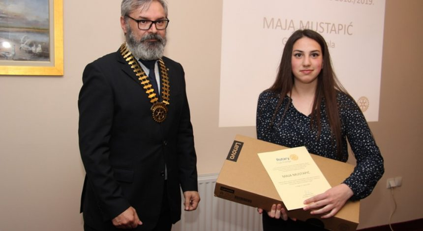 Maji, kao najboljoj maturantici Glazbene škole, Rotary club Požega poklonio laptop