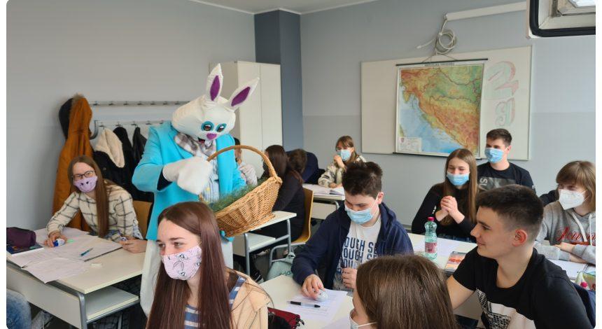 FOTO VIJESTI – Uskršnji zeko posjetio naše srednjoškolce
